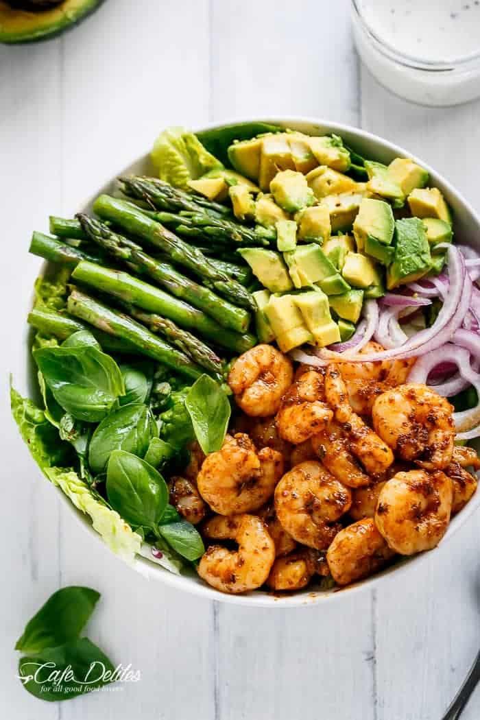 low carb rezepte abendessen, garnelen mit avocado, spargeln, spinat und zwiebel, gesund essen