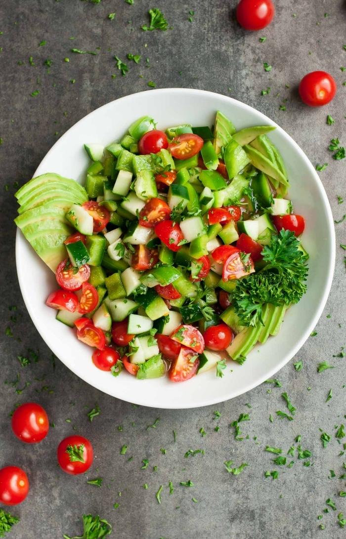 low carb rezepte abendessen, gesunder salat mit cherry tomaten, gurken, avocado und peterillie