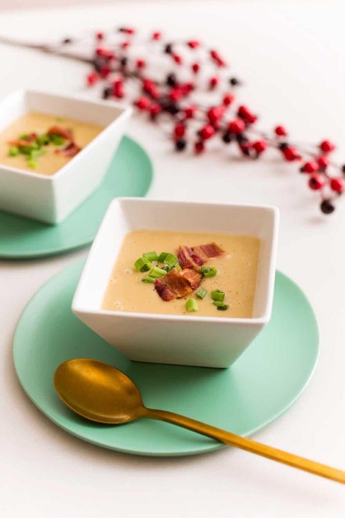 einfache und shcnelle low carb rezepte abendessen, kohlenhydratarme suppe mit bakon, blauer teller