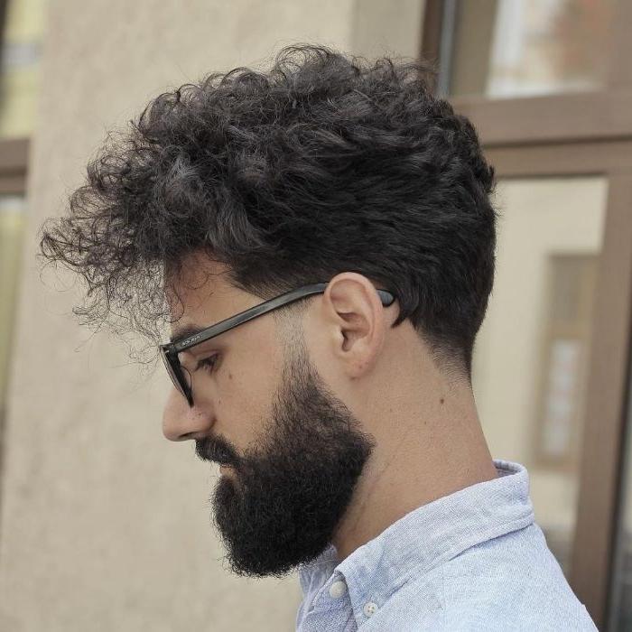 frisuren herren, mittellang und locker, dunkle haare in undercut mit übergang stylen