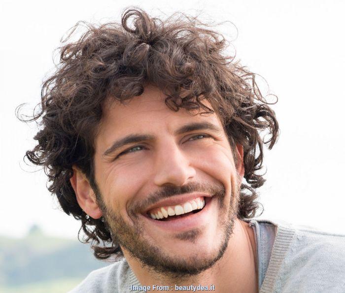 frisuren für männer mittellang und locker, lässiger style, ein sehr glücklicher mann