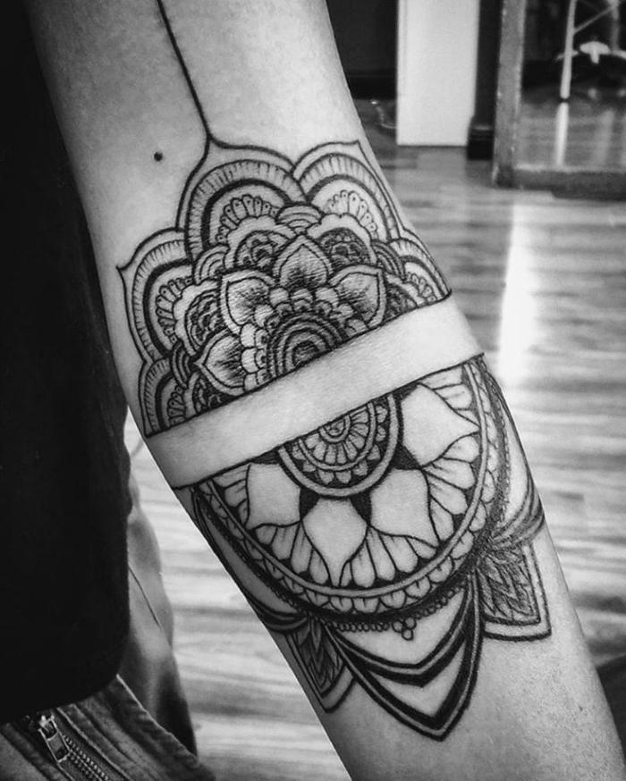 mandala tattoo bedeutung, zwei mandalahälften am arm, große blume, detaillierte tätowierung