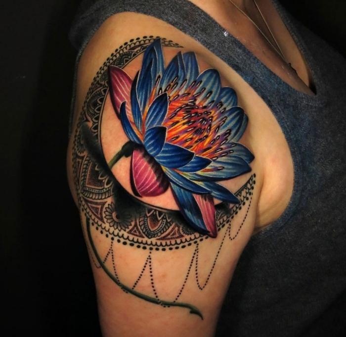 mandala tattoo bedeutung, große lotusblume am oberarm, farbige blume am arm, halbmond