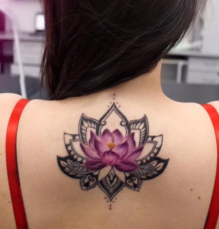 tattoos für frauen, mandala tattoo bedeutung, rosa lotus am rücken, realitische lotusblüte