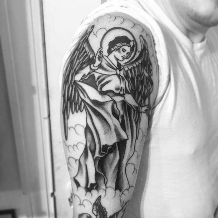 tattoos für männer ideen, frau mit großen engeln, mann mit großem schutzengel tattoo am oberarm