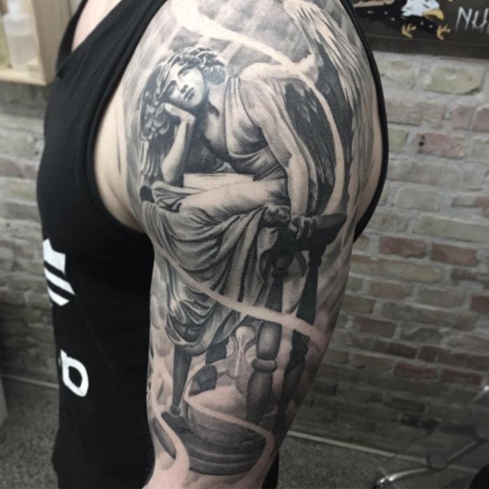 realistische 3d tätowierung, sitzende frau, mann mit realistic tattoo am arm, sanduhr