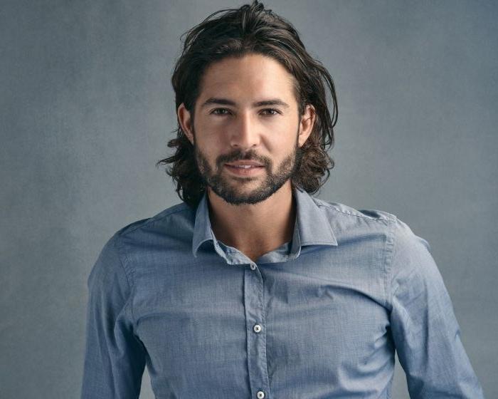 frisuren herren, mittellange haare, blaues hemd, bart, mustache, schulterlange haare