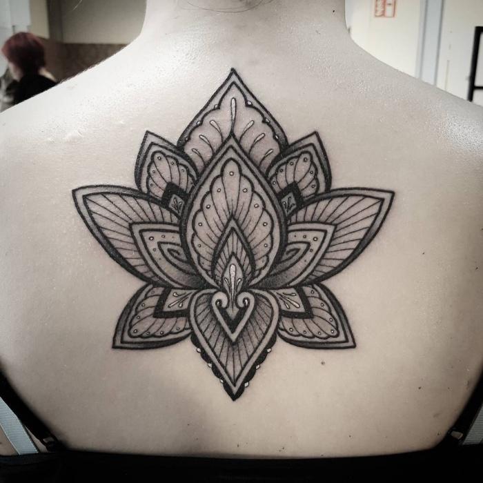 frau mti großer tätowierung am rücken, mandala tattoo bedeutung, blackwork lotusblume