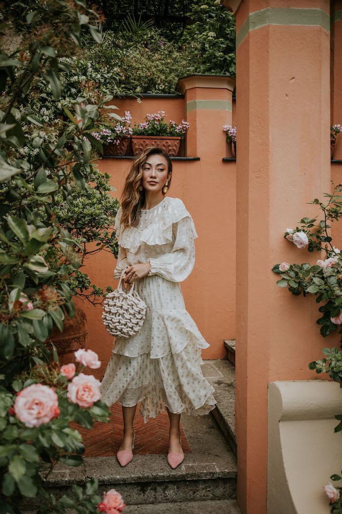 Modetrends Sommer 2019, weißes elegantes Kleid mit langen Ärmeln und weiße Rattantasche