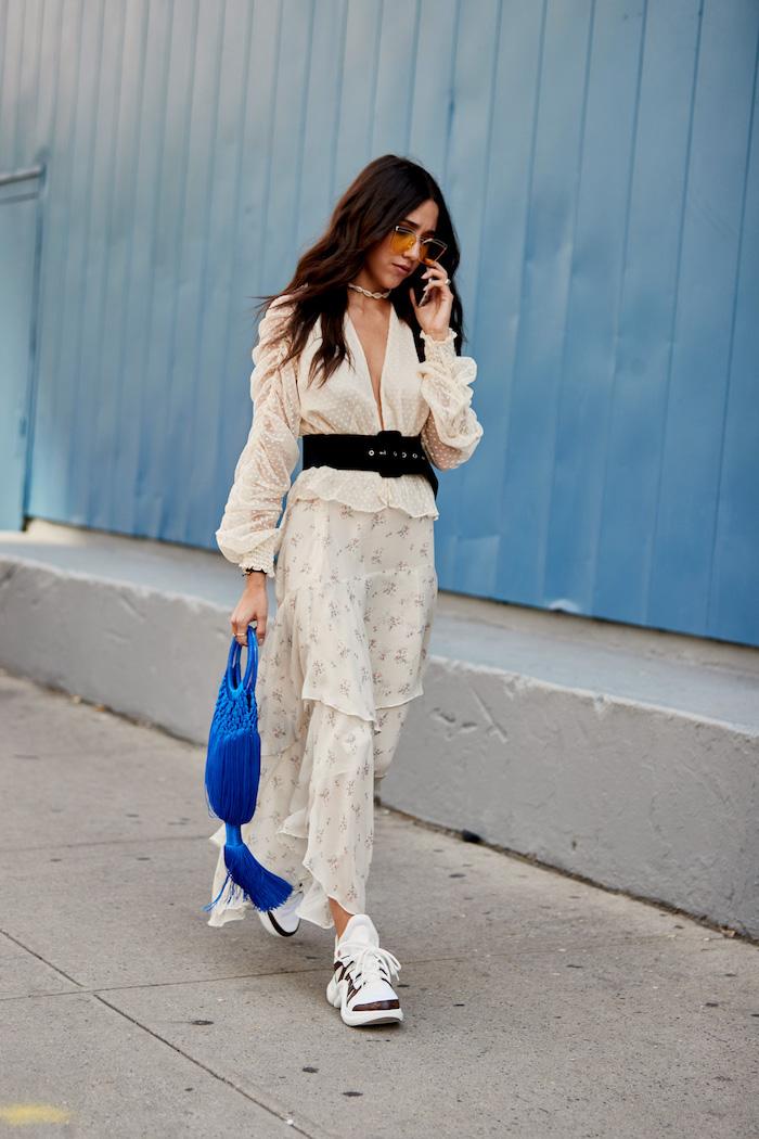Weißes Sommer Outfit mit schwarzem Gürtel, weiße Sneaker, bodenlanger Rock, Hemd mit V-Ausschnitt