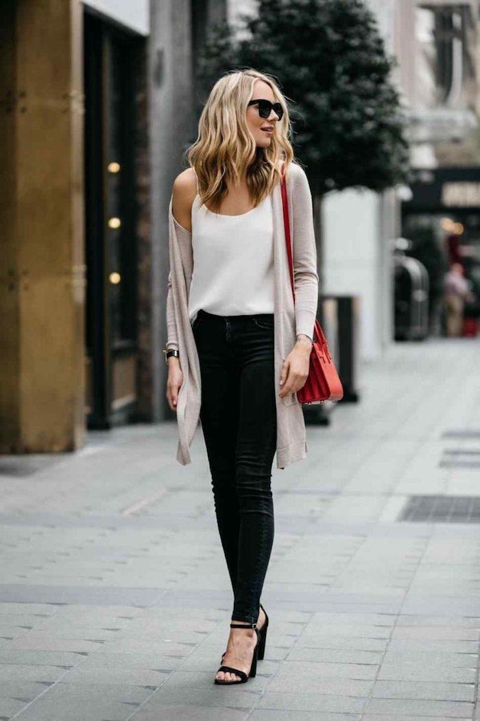 Sommer Mode für den Alltag, schwarze enge Hose, weißes Top mit dünnen Trägern, weißer langer Cardigan, rote Tasche
