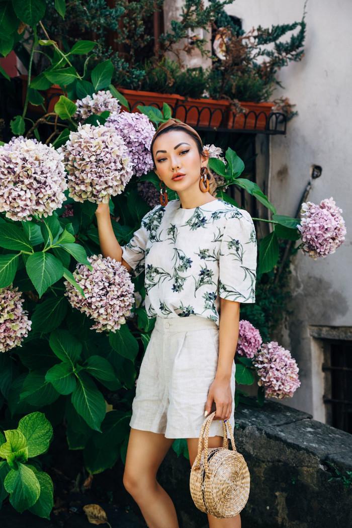 Sommer Mode 2019, kurze Hose mit hoher Taille, weißes Shirt mit Blumenmuster, runde Rattan Tasche
