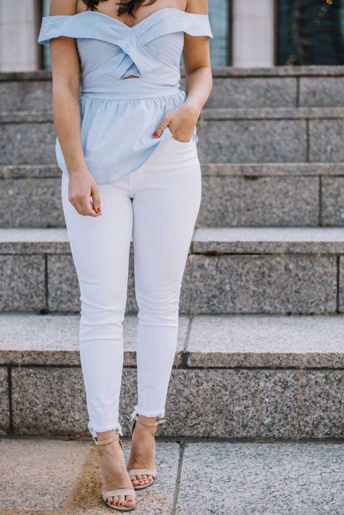 Pastellfarben für den Sommer, schulterfreies Top in Hellblau, weiße enge Hose, Sandalen in Beige