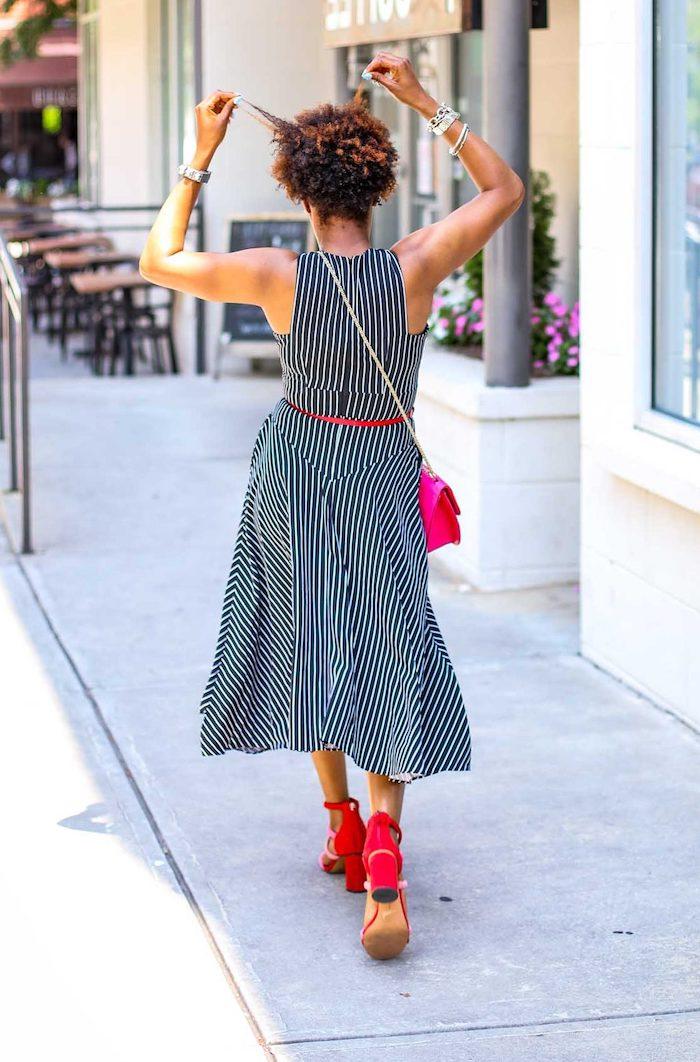 Gestreiftes Sommerkleid in Schwarz und Weiß mit rotem Gürtel, rote Sandalen, Kontraste setzen