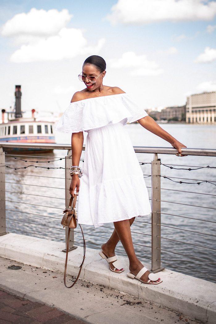 Weißes Sommerkleid schulterfrei für den Sommer, weiße Sandalen, Damen Outfit für den Alltag