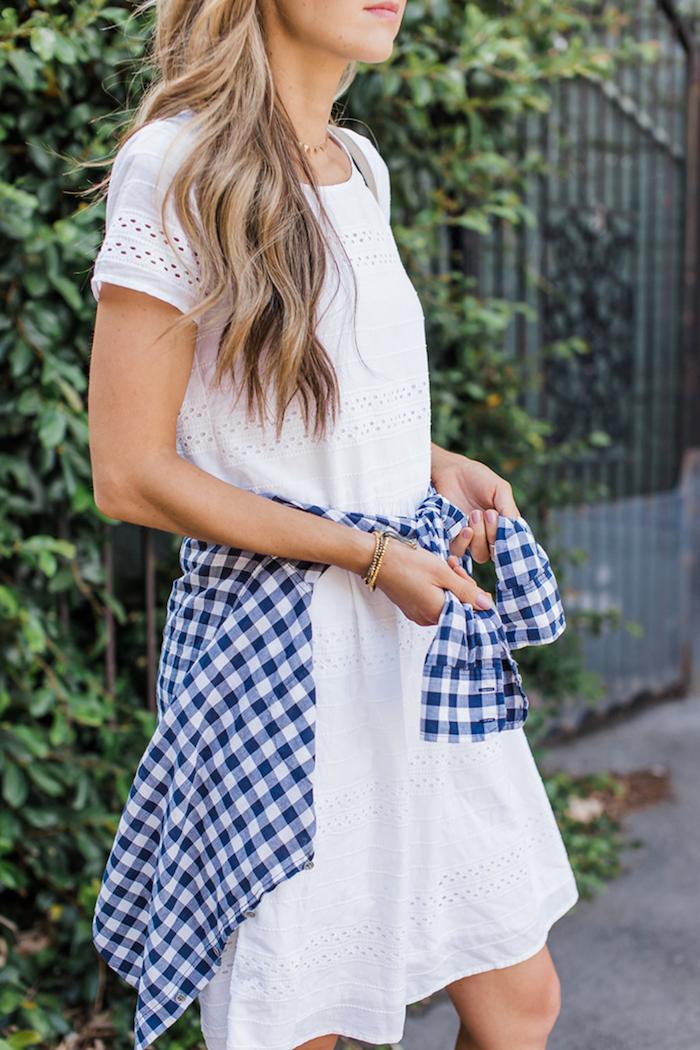 Weißes Sommerkleid mit kurzen Ärmeln, kariertes Hemd in Blau und Weiß, Sommer Outfit