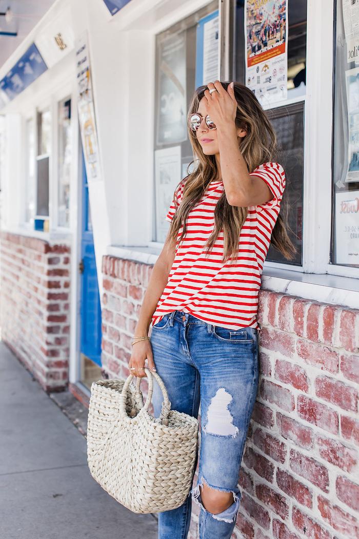 Sommer Outfit, gestreiftes Shirt in Weiß und Rot, zerrissene Jeans, Rattan Tasche