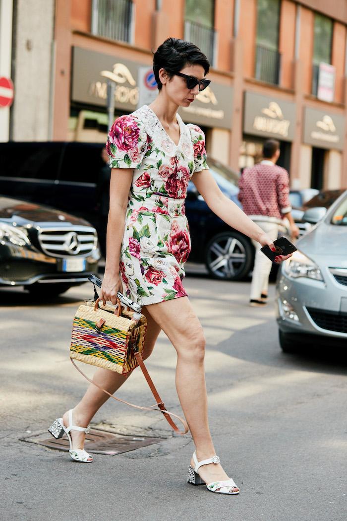 Kurzes Kleid mit Blumenmuster, weißer Kragen, rote Rosen auf weißem Grund, Rattan Tasche