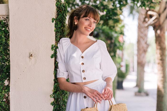 Weißes Outfit für den Sommer, Rock mit hoher Taille, kurzes Oberteil mit weiten Ärmeln, Rattan Tasche