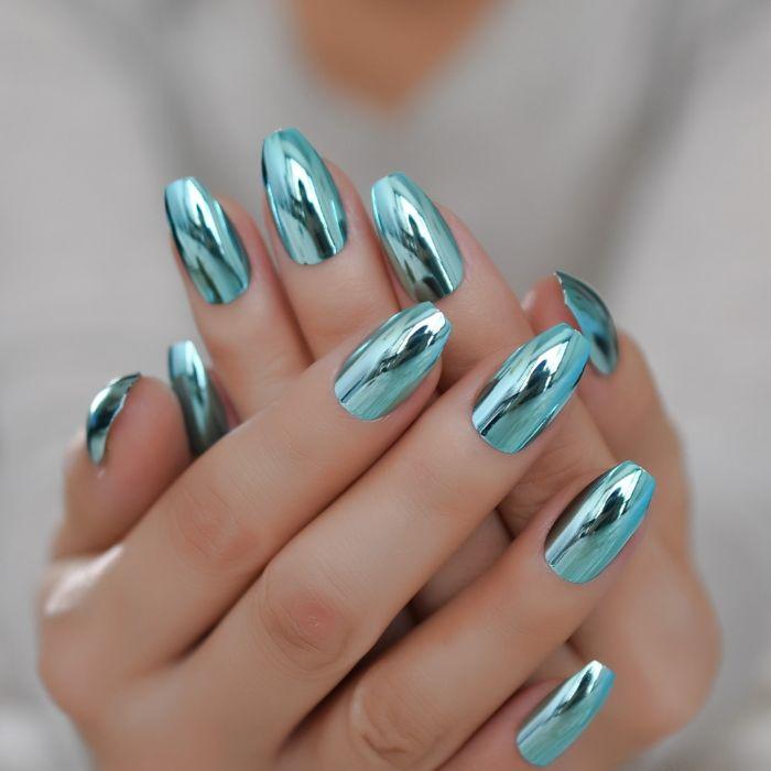 nägel spitz mit gestumpften spitzen, gliitzernde blaue farbe, deko ideen