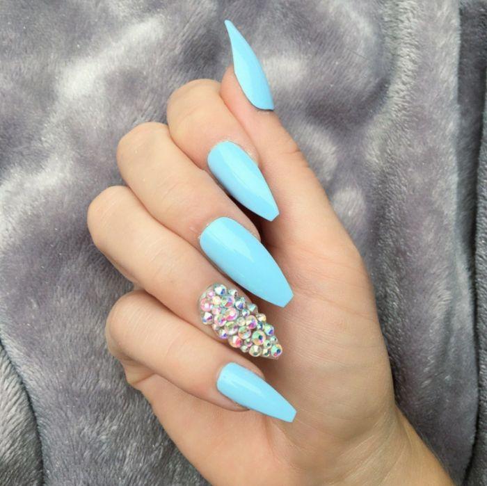nägel spitz, kreative gestaltungsideen, blaue nägel mit perlen, hellblau, nageldesign