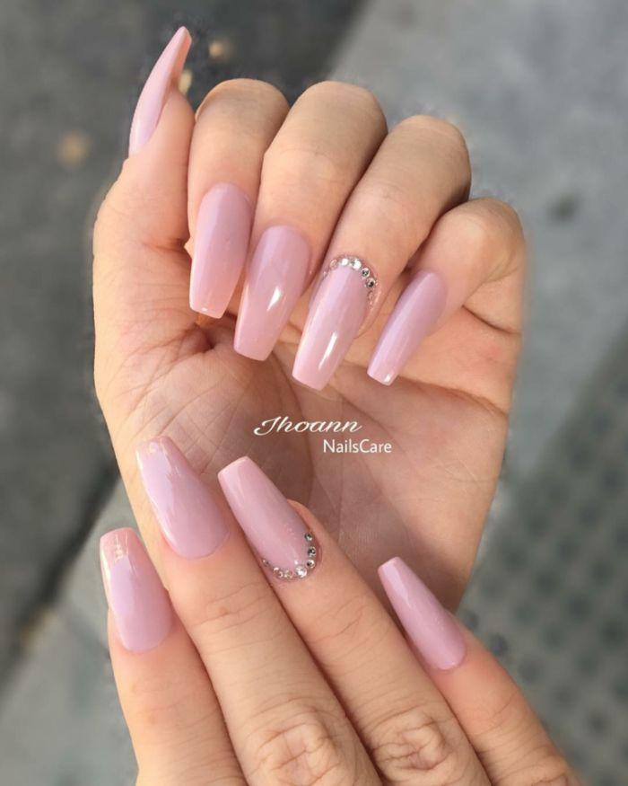 nägel spitz, lange nägel in rosa farbe, kleine steinchen auf den nägeln, lange manikür gestaltung