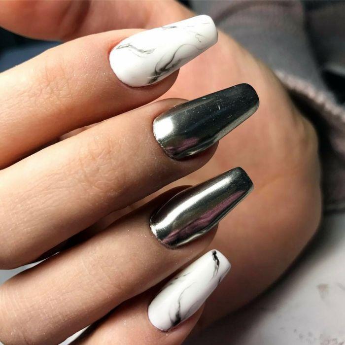 kurze gelnägel oder mittellang, manikür ideen, silberne nägel, weiße maniküre mit marmor effekt deko