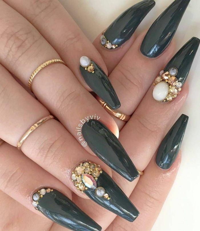 kurze gelnägel lang wachsen, schwarze maniküre, viele steine auf den fingern, schöne steine als deko auf den nägeln