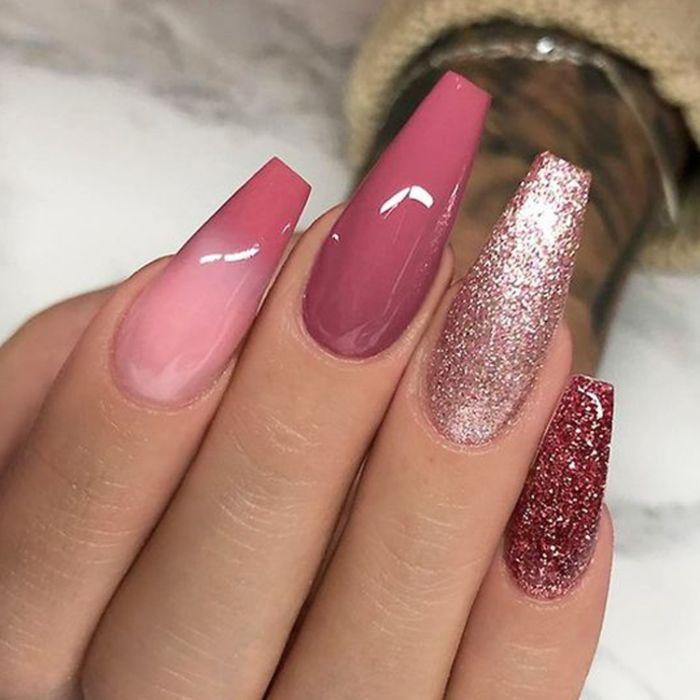 gelnägel ballerina, lange nägel rosa nuancen, dunkel und hell, glitter effekt auf zwei fingernägeln