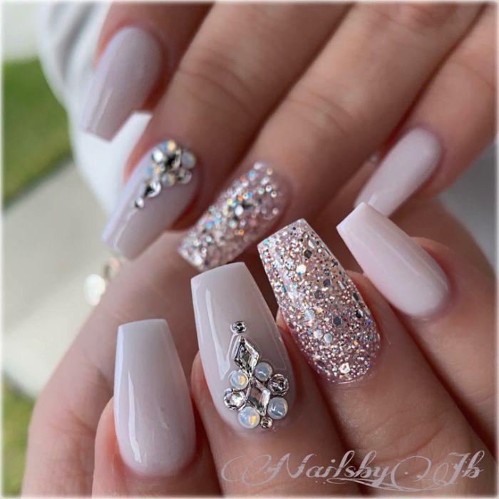 gelnägel spitz ideen beige nagelformen mit perlen, steinen, glitterdeko