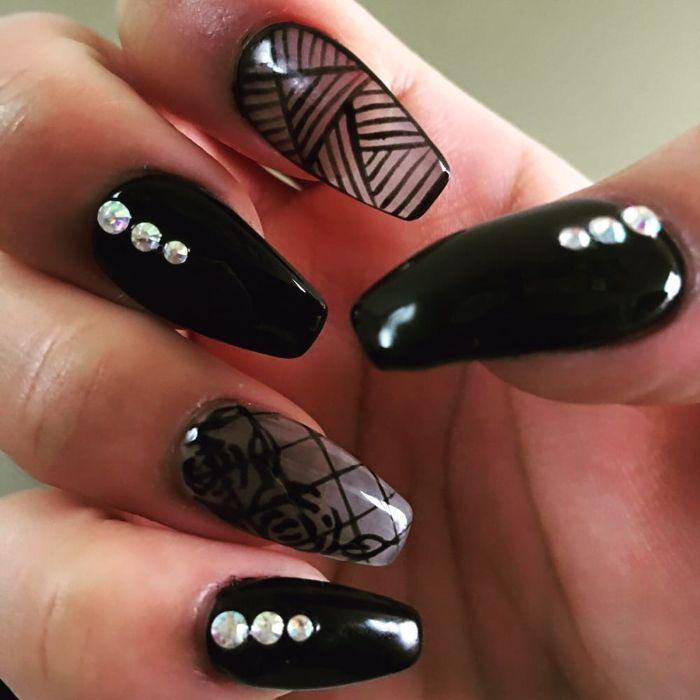 nagel formen und design ideen in schwarz und transparent, schwarze netz zeichnung, rosen, perlen, kleine zirkon steine