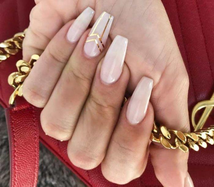 spitze nägel sind nicht mehr die angesagteste variante für ihr nageldesign, jetzt sind die ballerinas angesagt, dezente hautfarbe mit deko goldenen strichen
