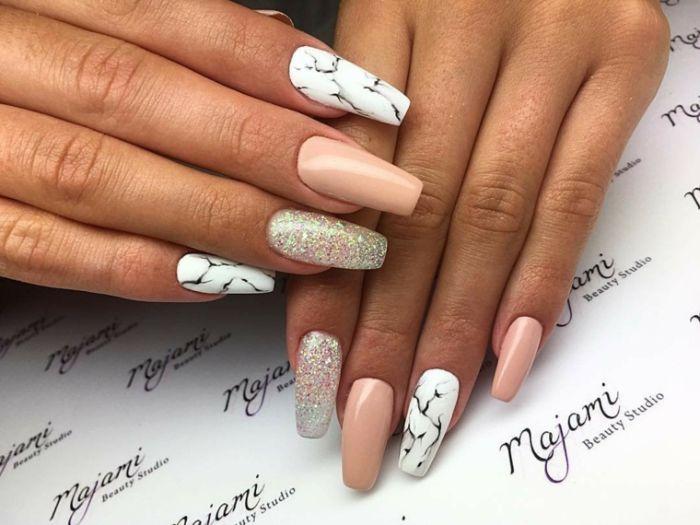 spitze nägel stumpf formen, schöne nagellack idee, marmor effekt maniküre, glitter, hautfarbe beige