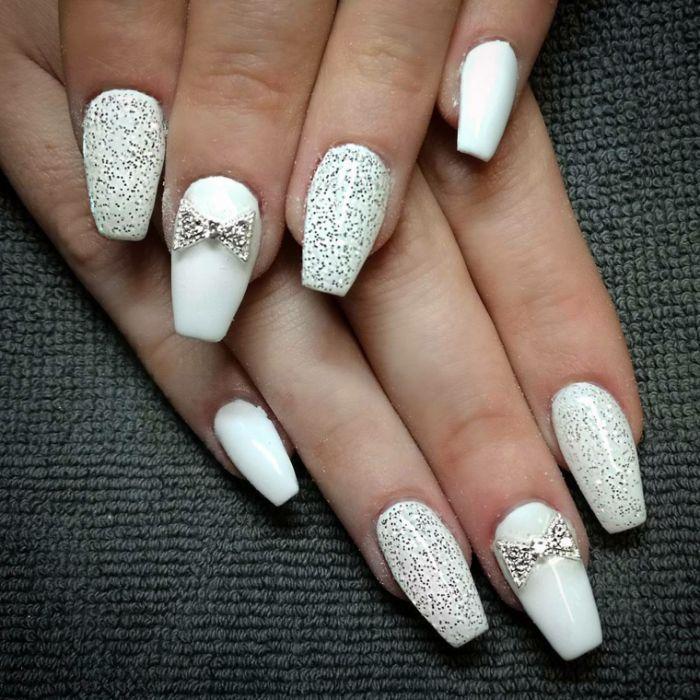 spitze nägel design ideen mit weißem gellack und kleinen perlen, glitter, band deko