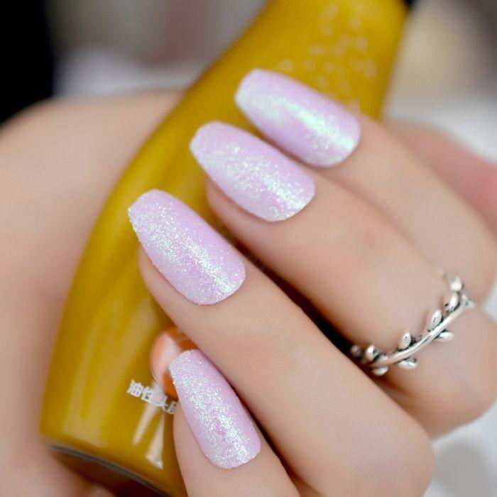 gelnägel spitz, glitter nägel design ideen, ring am mittleren finger, kutze ballerina nägel