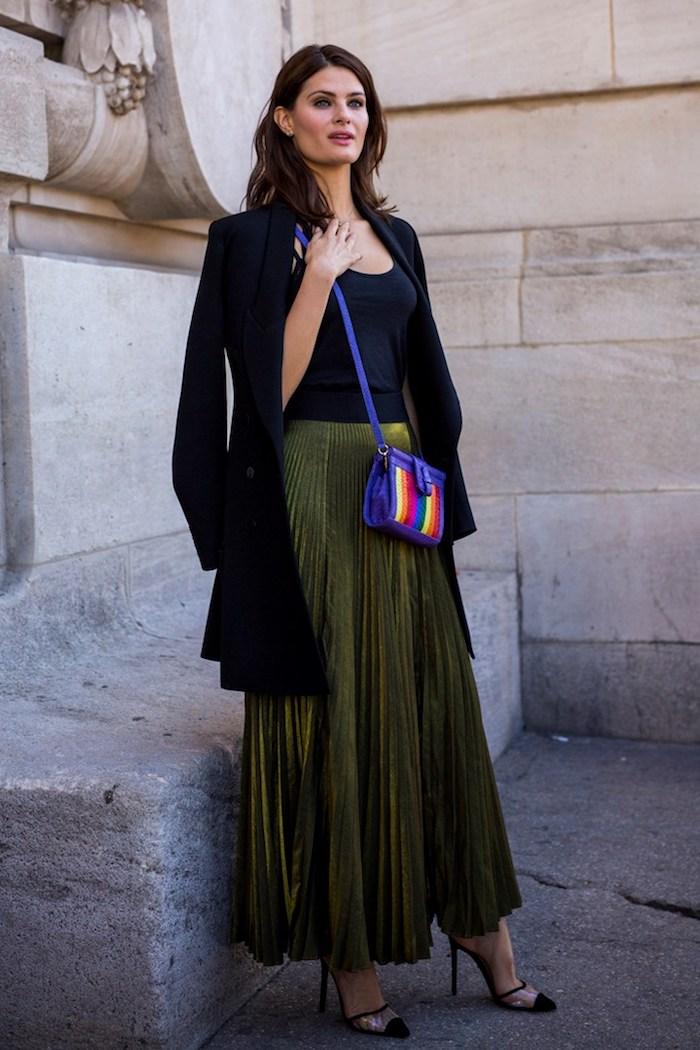 Sommer Outfit 2019, langer Rock in Petrol mit Falten, schwarzes Top und langer Cardigan, bunte Tasche