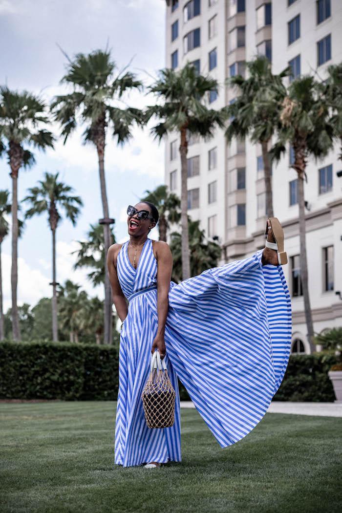 Gestreifter Jumpsuit in Weiß und Blau, Sommer Outfit für den Alltag, Damenmode 2019