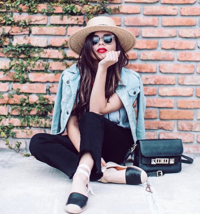 Outfit für den Sommer, schwarze Hose, weißes Top, Denim Jacke und Sommerhut