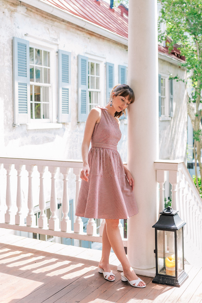 Sommer Kleid für den Alltag, in Rot und Weiß, mit dünnen Streifen, weiter Rock und enges Oberteil, weiße Sandalen