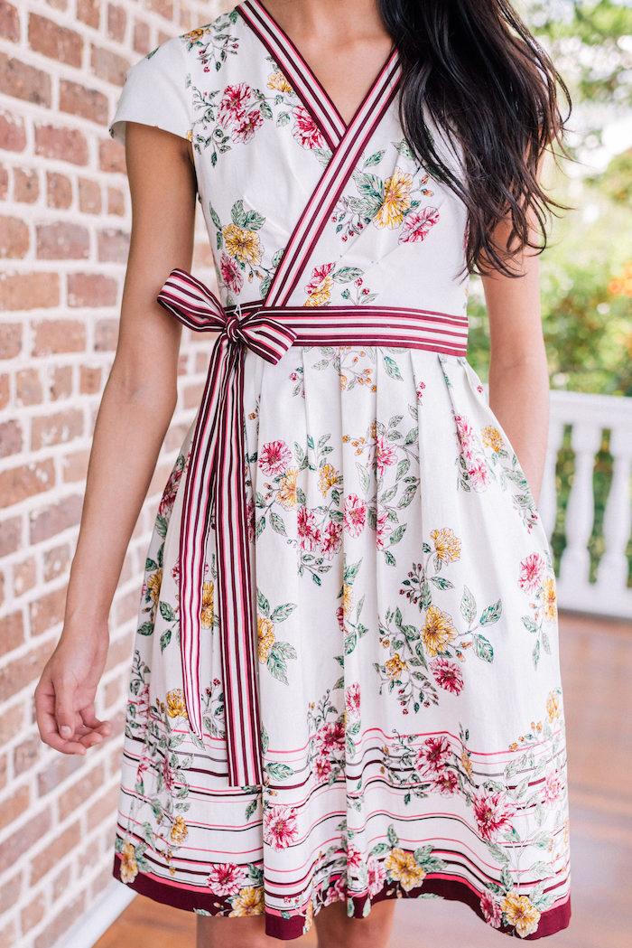 Weißes Sommerkleid mit Blumenmuster und roten Streifen, Outfit für den Alltag