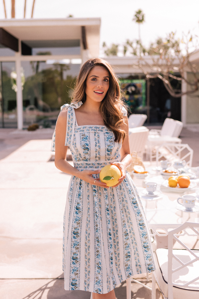 Weißes Sommerkleid mit Blumenmuster, Outfit für den Alltag, Sommermode 2019 für Damen
