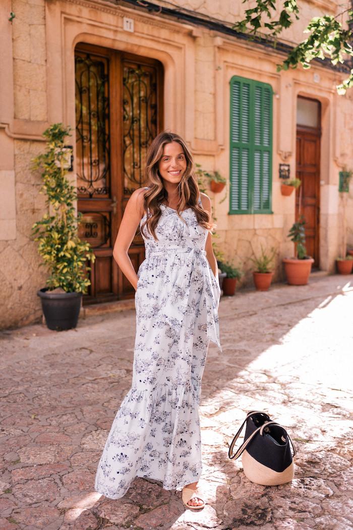Langes weißes Sommerkleid mit Schleife an der Taille, Sommermode 2019 für Damen