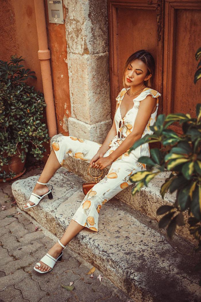 Sommer Outfit für Damen, Orangen auf weißem Grund, enge Hose und Top, weiße Sandalen