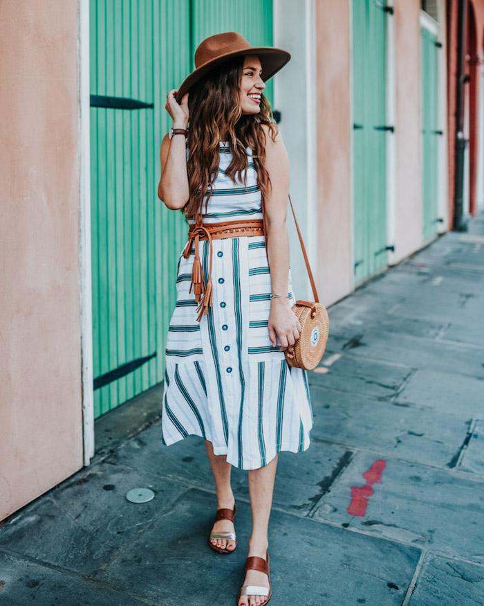 Sommerkleid für den Alltag, weiße und grüne Streifen, brauner Gürtel und Sommerhut, runde Rattan Tasche