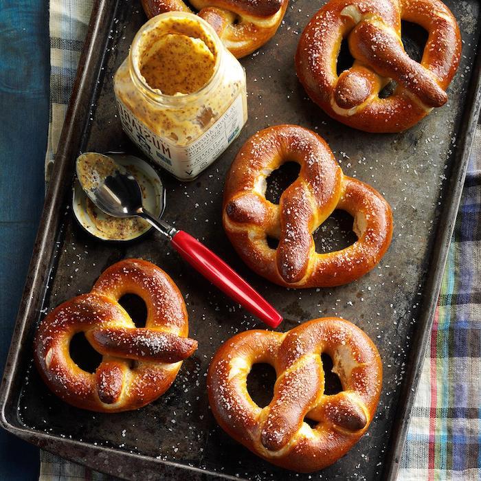 Frisch gebackene Brezeln mit Senf Soße, Party Rezepte zum Vorbereiten