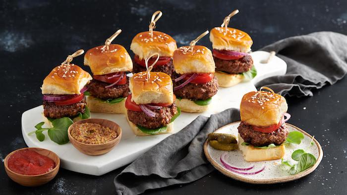 Leckere Mini Burger mit Tomaten Zwiebeln und Sauergurken, Partyessen zum Vorbereiten