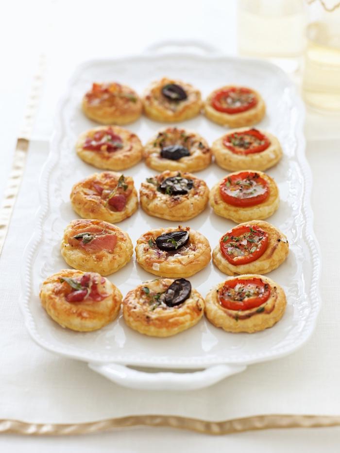 Mini Pizza Rezept, Pizza aus Blätterteig mit Salami Oliven und Tomaten, schnelles Fingerfood