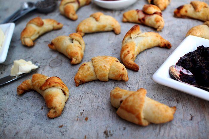 Frischgebackene Croissants mit Butter und Marmelade, Party Essen warm, Fingerfood Rezept