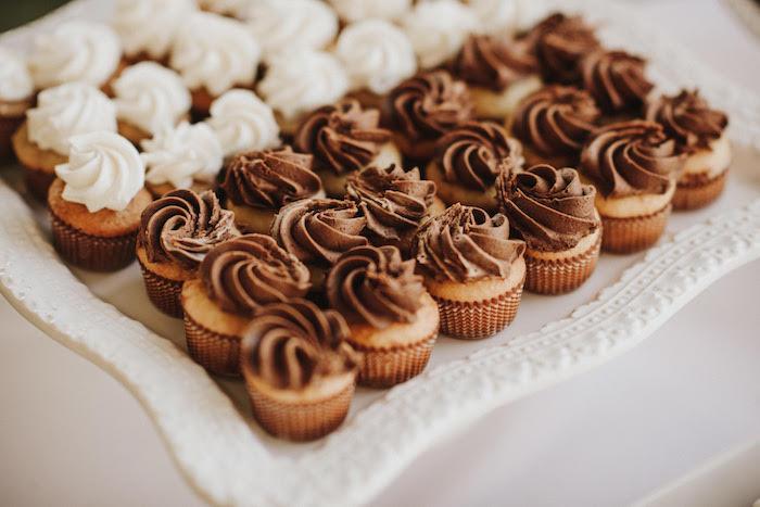 Mini Cupcakes mit Schokolade und Sahne, Finger Food Idee für Party, leckeres Essen für Party