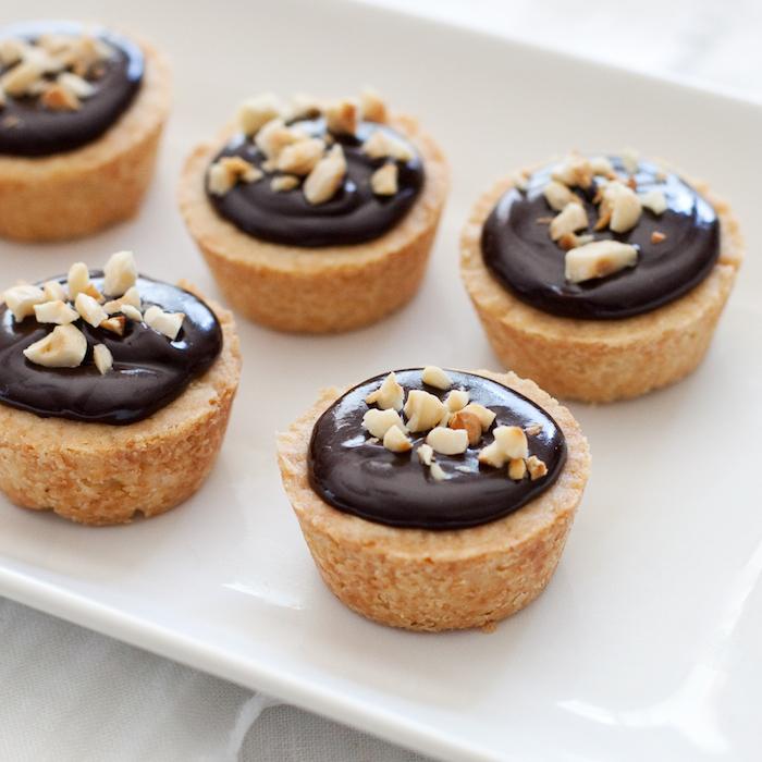 Mini Tarts mit Schokolade und Nüssen, Fingerfood für Party Gäste, leckeres Party Essen
